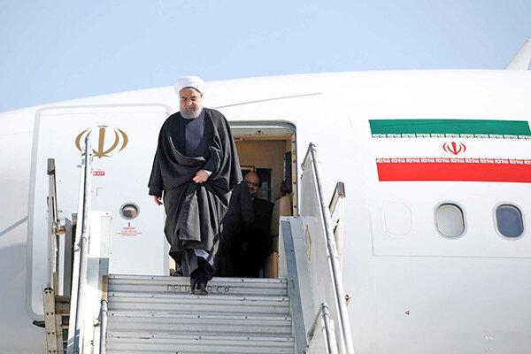 حسن روحاني در حال خروج از هواپيما