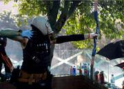 معترضان هنگکنگی با تیر و کمان و بمب بنزینی به جنگ پلیس رفتند