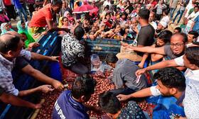 عکس | پیاز در بنگلادش اشک مردم را درآورد