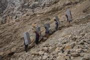 عکس: پاییز برفی و کولبری در کوهستانهای کردستان