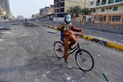 عکس روز: دوچرخهسوار کوکتل مولوتف به دست