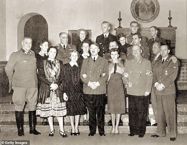 سال ۱۹۳۹ - اوا براون و خواهرش در سمت چپ و راست هیتلر