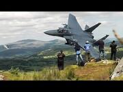 فیلم | تمرین ارتفاع پایین هواپیماهای اف۱۵سی در دره جنگندههای بریتانیا