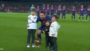 فیلم | پسرهای لیونل مسی توپ طلا را به او میدهند