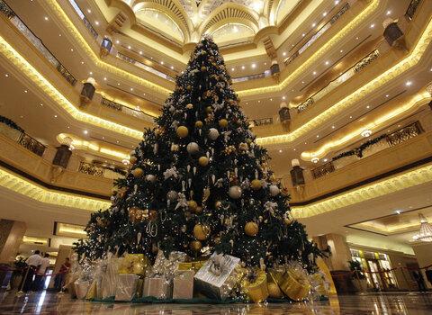 درخت کریسمس به ارزش 11 میلیون دلار مزین به سنگهای قیمتی در کاخ امارات در ابوظبی