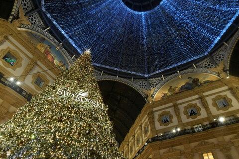 درخت کریسمس با تزئینات سوواروسکی در میلان ایتالیا