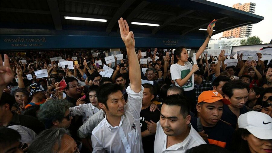 بزرگترین تظاهرات در بانکوک از هنگام کودتای ۲۰۱۴  معترضان سلام سهانگشتی «بازیهای گرسنگی» را میدهند