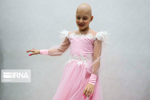 تحقق رویای كودك سرطاني با لباس عروس صورتی