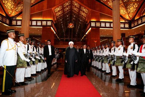 پوشش جالب زنان و مردان در دیدارهای روحانی در مالزی