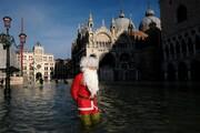 عکس روز | پاپا نوئل در ونیز زیر سیلاب