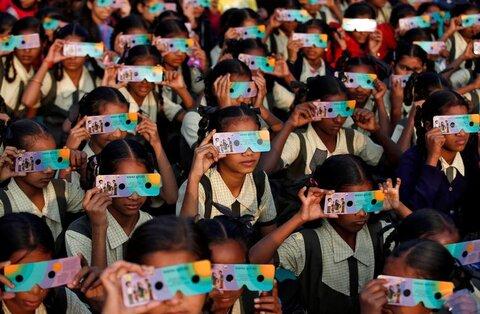 کودکان در احمدآباد هند خورشیدگرفتگی حلقهای با عینک مخصوص میبینند
