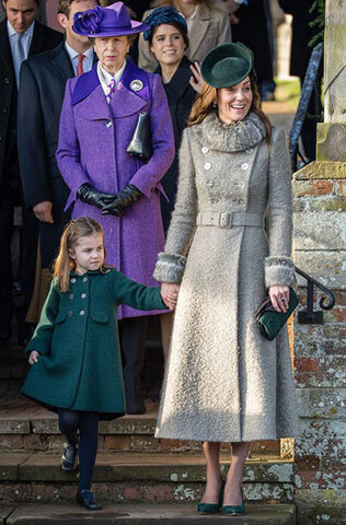 دختر کیت میدلتون هم پالتوی خود را با کلاه و کیف و کفش مادرش ست کرده.