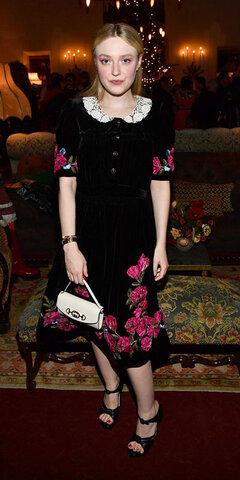 داکوتا فانینگ با پیراهن گلداری از Gucci.