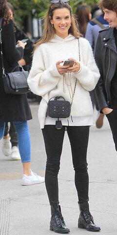 الساندرا آمبروزیو با تیپ اسپورت و هودی پشمی و کیف Chanel.