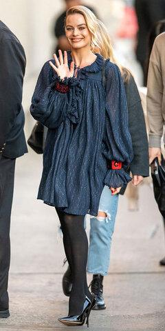 مارگو رابی با پیراهن چیندار Chanel و کفشهای پاشنهدار Jimmy Choo.