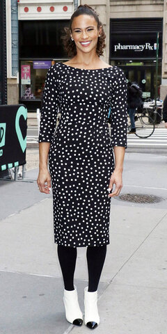 پائولا پاتون با پیراهن خالدار و جورابشلواری مشکی در نیویورک.