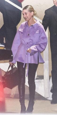 هیلی بیبر با کت بنفشی از Nanushka Adut Tie و چکمههای جورابی Balenciaga.
