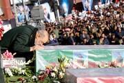 عکس | بوسه فرمانده سپاه بر تابوت شهدای مقاومت