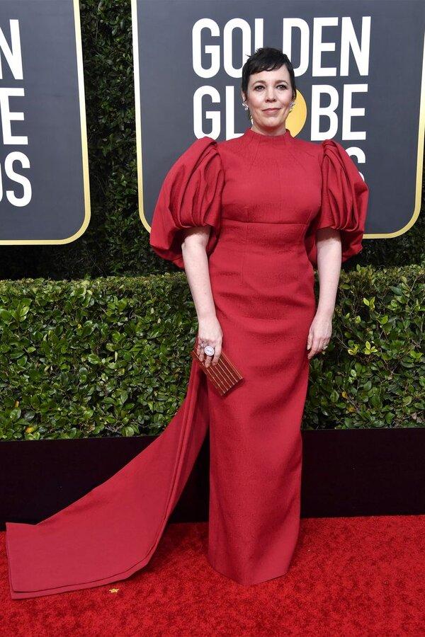 اولیویا کُلمن Olivia Colmanکه برنده جایزهبهترین بازیگر زن نقش اصلی در سریال درام تاج شد، میداند که چطور روی فرش قرمز بدرخشد. او در مراسم گلدن گلوب امسال لباس قرمز دنبالهدار با بالاتنه چسبان و آستینهای رگالی پفی پوشید که Emilia Wickstead آن را طراحی کرده بود. او استایل خود را با جواهرات براق Chopard  تکمیل کرد که در نتیجه یکی از بهترین استایلهای گلدن گلوب امسال بود.