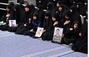 فیلم | اظهارات دختر شهید سردار سلیمانی سلاح به دست در نماز جمعه کرمان