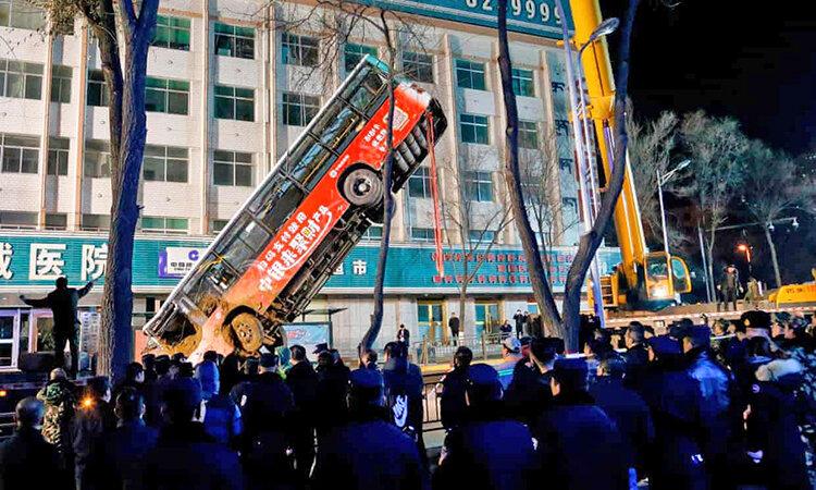 سقوط اتوبوس چيني در گودال