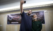 تصاویر | سلفی با سردار حاجیزاده در خانه یکی از قربانیان سقوط هواپیما | دیدار با خانواده فاطمه محمودی