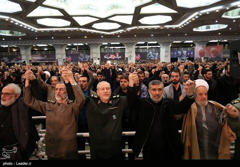 تصاویر حضور مسئولان و فرزندان مقام معظم رهبری در نماز جمعه امروز | عکس هوایی از حضور مردم