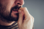 ۱۵ نشانه استرس مزمن؛ از ریزش مو تا افزایش وزن
