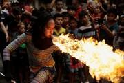 عکس روز | زن آتشخوار