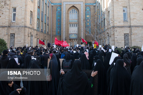 تصاویر | تجمع اعتراض به سخنان ظریف مقابل وزارت امور خارجه