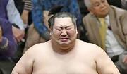 گریه غول ۱۸۸ کیلویی سومو پس از قهرمانی عجیب در جام امپراتوری ژاپن