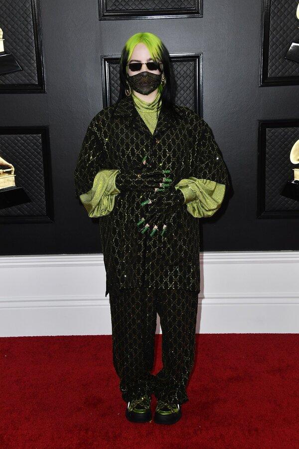 بیلی آیلیش لباسی با استایل Pajama سر تا پا از برند گوچی پوشیده بود؛ لباس کوتاهی با آستینهای بزرگ و اورسایز، یک بلوز یقهاسکی سبز و شلوار اورسایز با نقاب تورمانندی روی صورت استایل انتخابی او برای این مراسم بود.