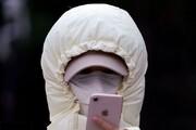 عکس | این زن را ببینید | کرونا هم حریف اعتیاد به موبایل نمیشود