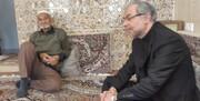 عکس   حضور دستیار ظریف در منزل شهدای افغانستانی هواپیمای اوکراینی