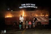 تصاویر | نمایش سکوت ؛ لهستانیها در شب سردِ تهران اتوبوس آتش زدند