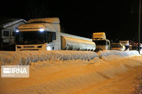 برف سنگين و ترافيك طولاني در جادههاي گيلان