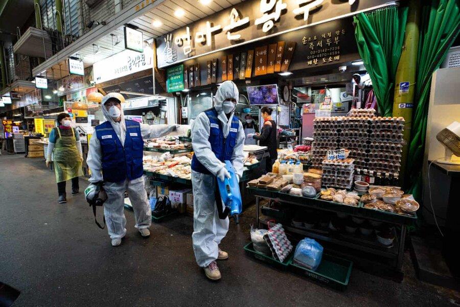 عکس روز| ضدعفونی کردن در بازار