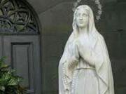 جنجال بوسیدن مجسمه حضرت مریم (س)