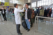 تیم بهداشتی ورودیهای فرودگاه جیرفت را کنترل میکند