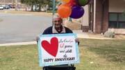 عکس | جشن سالگرد ازدواج از پشت پنجره قرنطینه