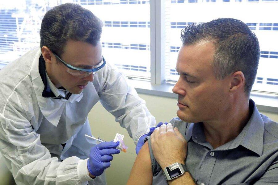 """تزریق واکسن کرونا به """"نیل براونینگ"""" داوطلب 46 ساله/ آسوشیتدپرس"""