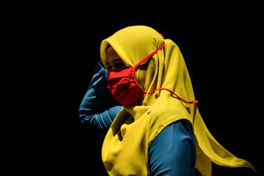 استان آچه/ اندونزی. زنی با ماسک در بازار