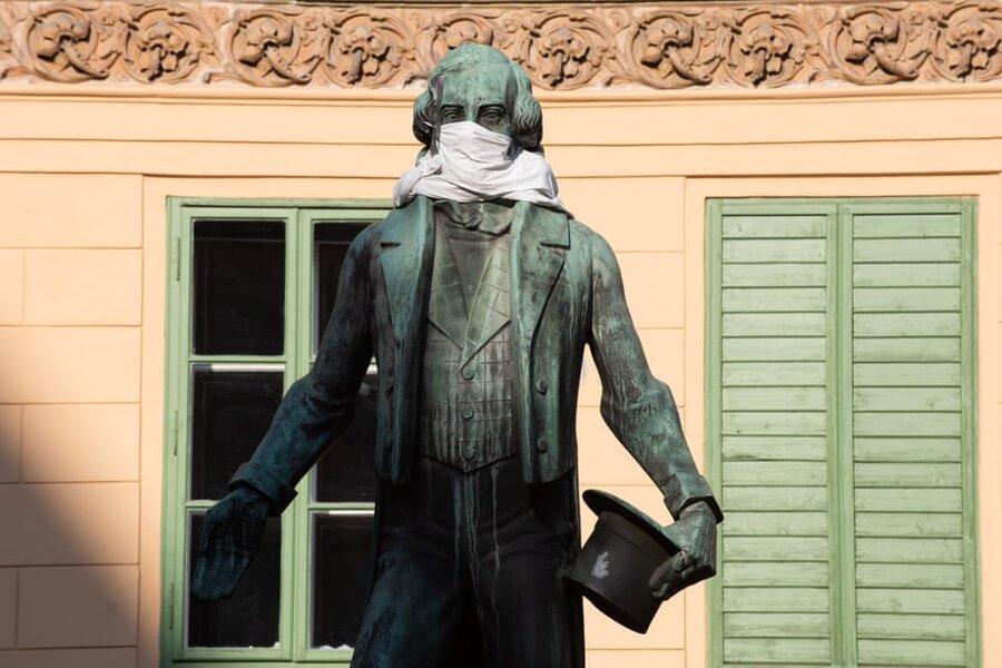وین/ اتریش. مجسمه یوهان نستروی، نمایشنامهنویس اتریشی با ماسک