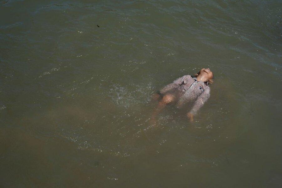 ماتاموروس/ مکزیک. کودک مهاجر (که خواهان پناهندگی در ایالات متحده است) مشغول شنا در رودخانه ریوگرانده