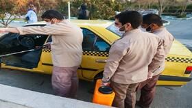 فیلم | ضدعفونی خودروهای عبوری توسط جوانان