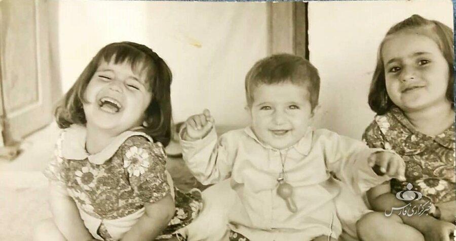 عکس کودکی دکتر «شیرین رو حانی راد» همراه با خواهر و برادرش