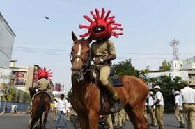 عکس روز | پلیس با کلاه کرونا
