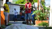 عکس | اتفاق عجیب دراکوادور؛ رها شدن اجساد قربانیان کرونا در خیابان