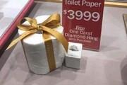 شوخی تبلیغاتی یک جواهرفروشی با دستمال توالت
