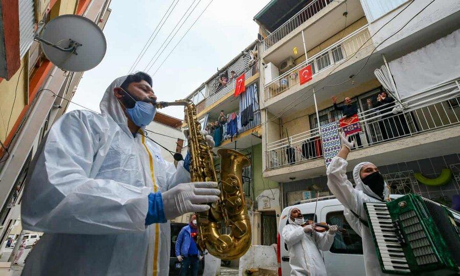 عکس روز | موسیقی برای قرنطینهشدگان